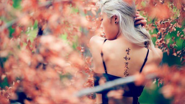 Chinese women's spine script tattoos design