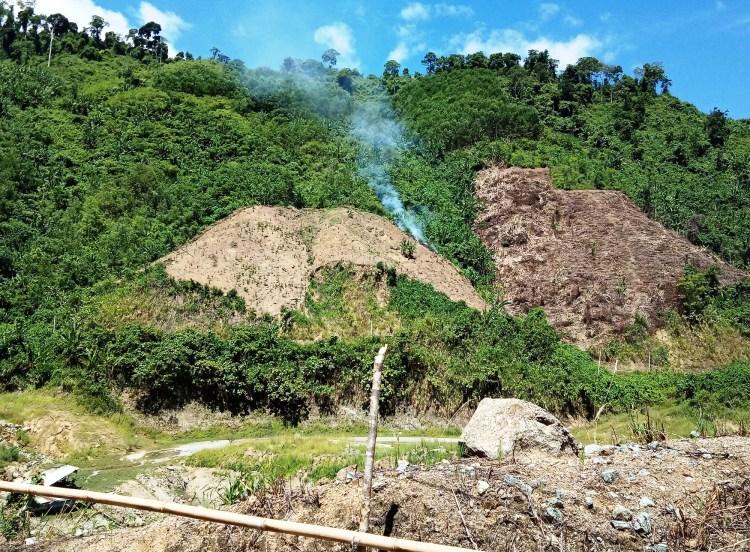 Hai bên lòng hồ thủy điện Sông Bung 4 tại huyện Nam Giang, tỉnh Quảng Nam bị đốt cháy, cạo trọc. (Ảnh: Vietnam+)