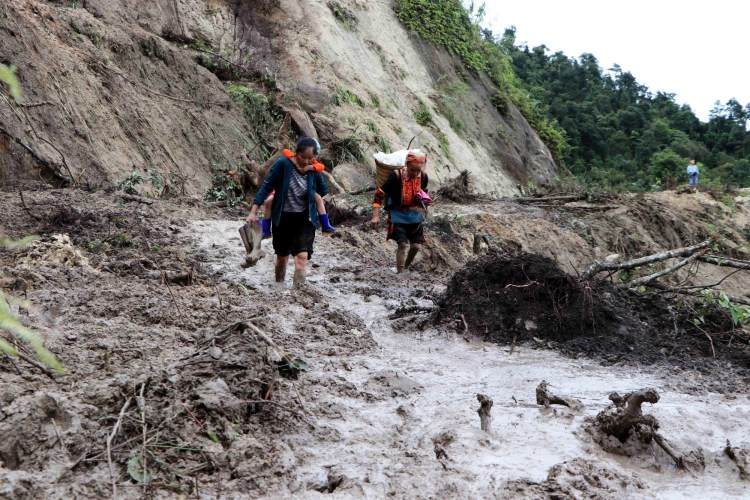 Thủy điện đang bị đặt trước mũi dùi chỉ trích làm mất rừng, hủy hoại môi trường, khiến lũ lụt gia tăng với mức độ ngày một nghiêm trọng hơn. (Ảnh: TTXVN/Vietnam+)