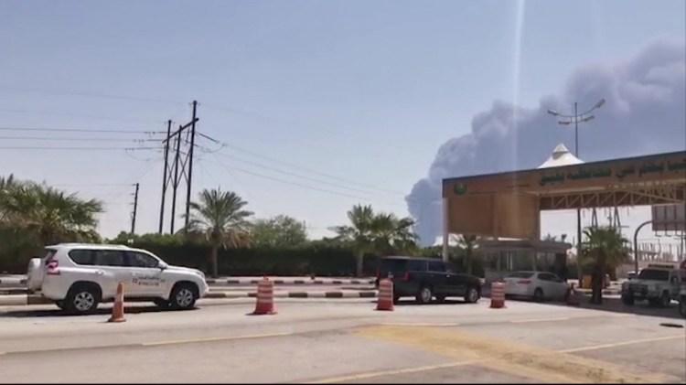 Khói bốc lên từ nhà máy lọc dầu của Aramco ở Abqaiq, Saudi Arabia, sau vụ tấn công ngày 14/9/2019. (Ảnh: AFP/TTXVN)