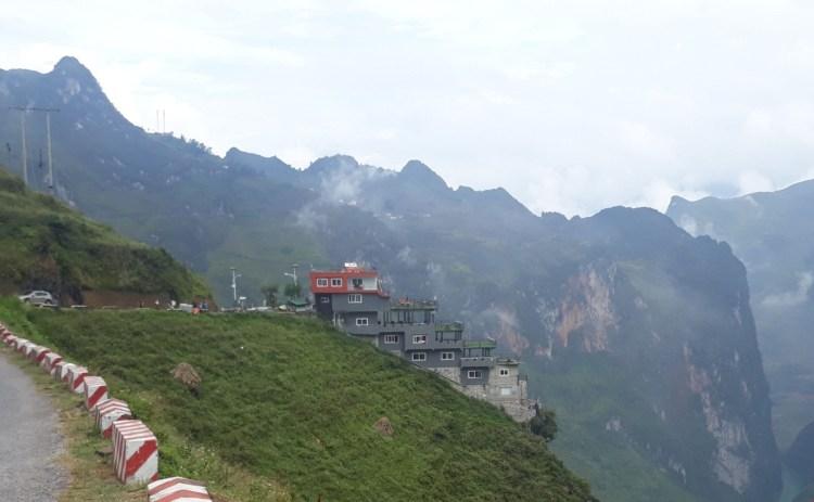Công trình Panorama Mã Pì Lèng xây dựng trái phép tại khu vực Mã Pì Lèng, huyện Mèo Vạc, tỉnh Hà Giang. (Nguồn ảnh: TTXVN)