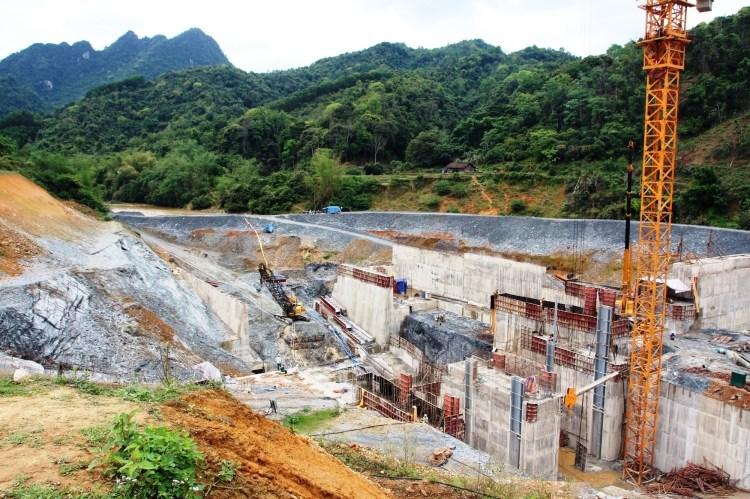 Không chỉ những dự án chung cư cao tầng, các dự án thủy điện cũng góp phần phá vỡ quy hoạch khi có không ít dòng sông cõng 4-6 dự án thủy điện, ngăn chặn dòng chảy, gây chết người, ảnh hưởng đến hạ du. (Ảnh: Hùng Võ/Vietnam+)