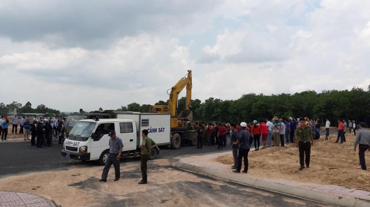 Công an thị xã Phú Mỹ tạm giữ 10 người gây rối tại dự án ma ở xã Tóc Tiên,tỉnh Bà Rịa-Vũng Tàu. (Nguồn ảnh: TTXVN)