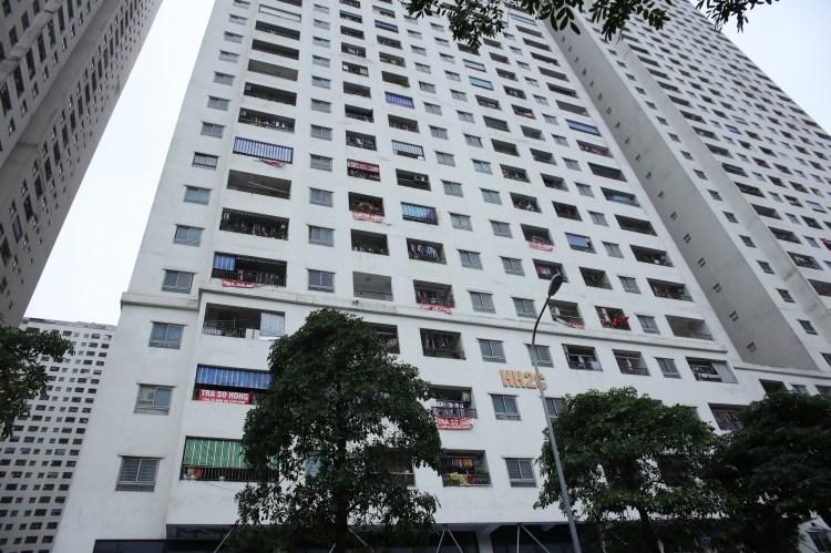 Sau bao năm,những băng rôn yêu cầu chủ đầu tư trả sổ hồng vẫn được người dân treo khắp các tòa nhà ở HH Linh Đàm. (Ảnh: Hùng Võ/Vietnam+)