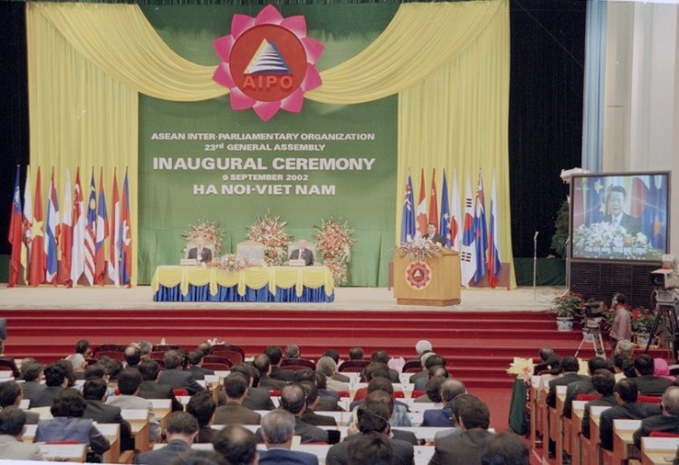 President Tran Duc Luong delivers a speech at the opening session of the 23rd AIPO General Assembly at the Ba Dinh Hall in Hanoi on September 9, 2002 (Photo: VNA)
