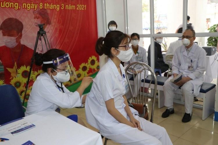 Realización de las pruebas preparatorias para el personal médico antes de la vacunación (Foto: VNA)