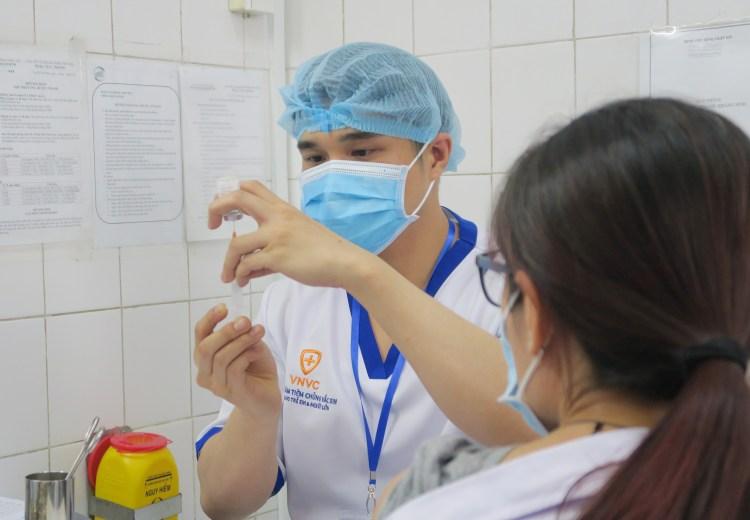Les agents médicaux se font vacciner contre le COVID-19. Photo: VNA