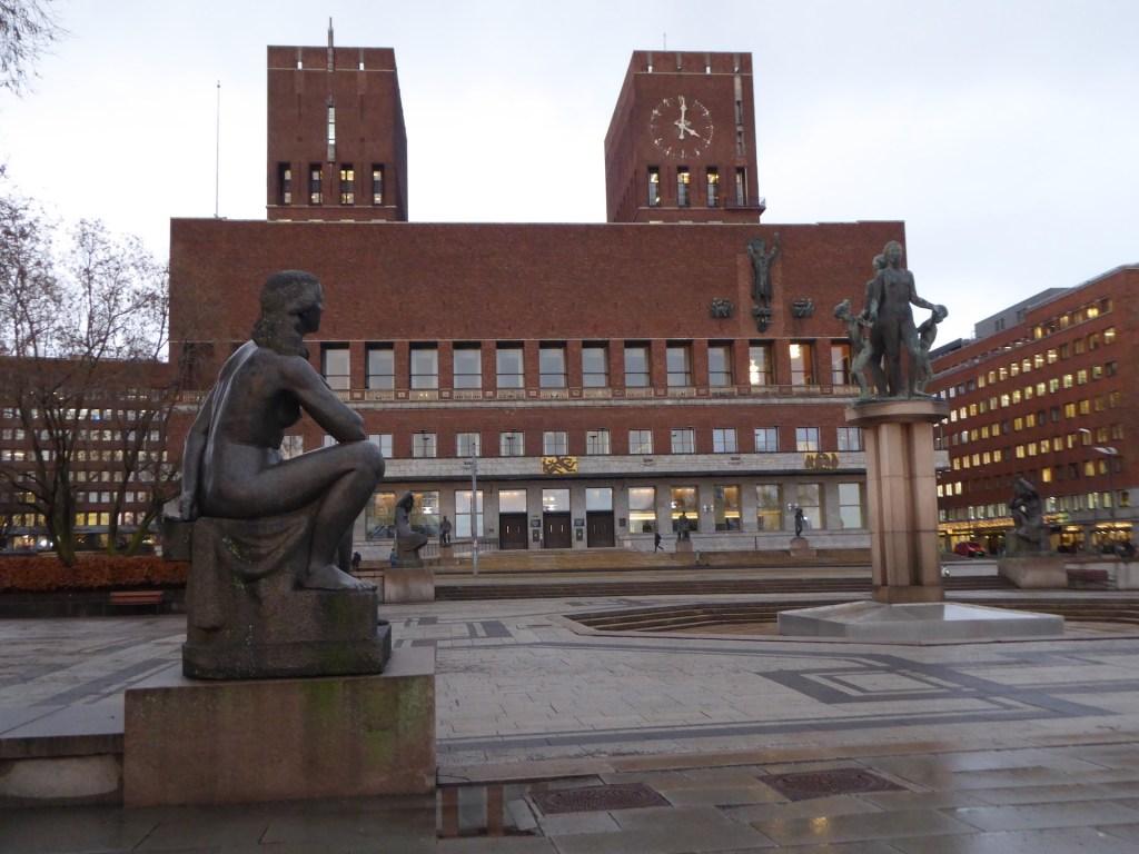 Rzeźby i budynek Ratusza w Oslo
