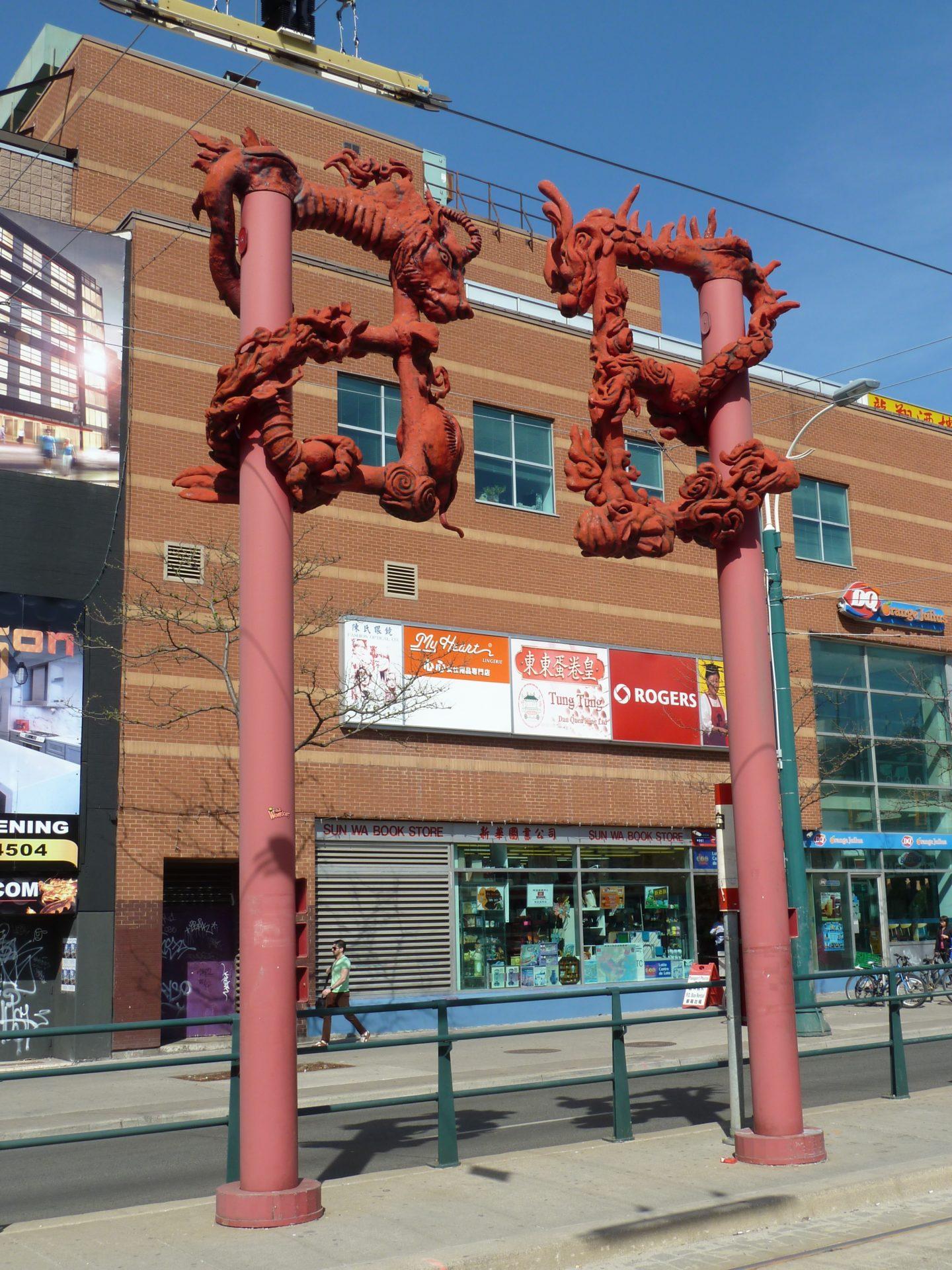 Figury smoków w chińskiej dzielnicy Toronto