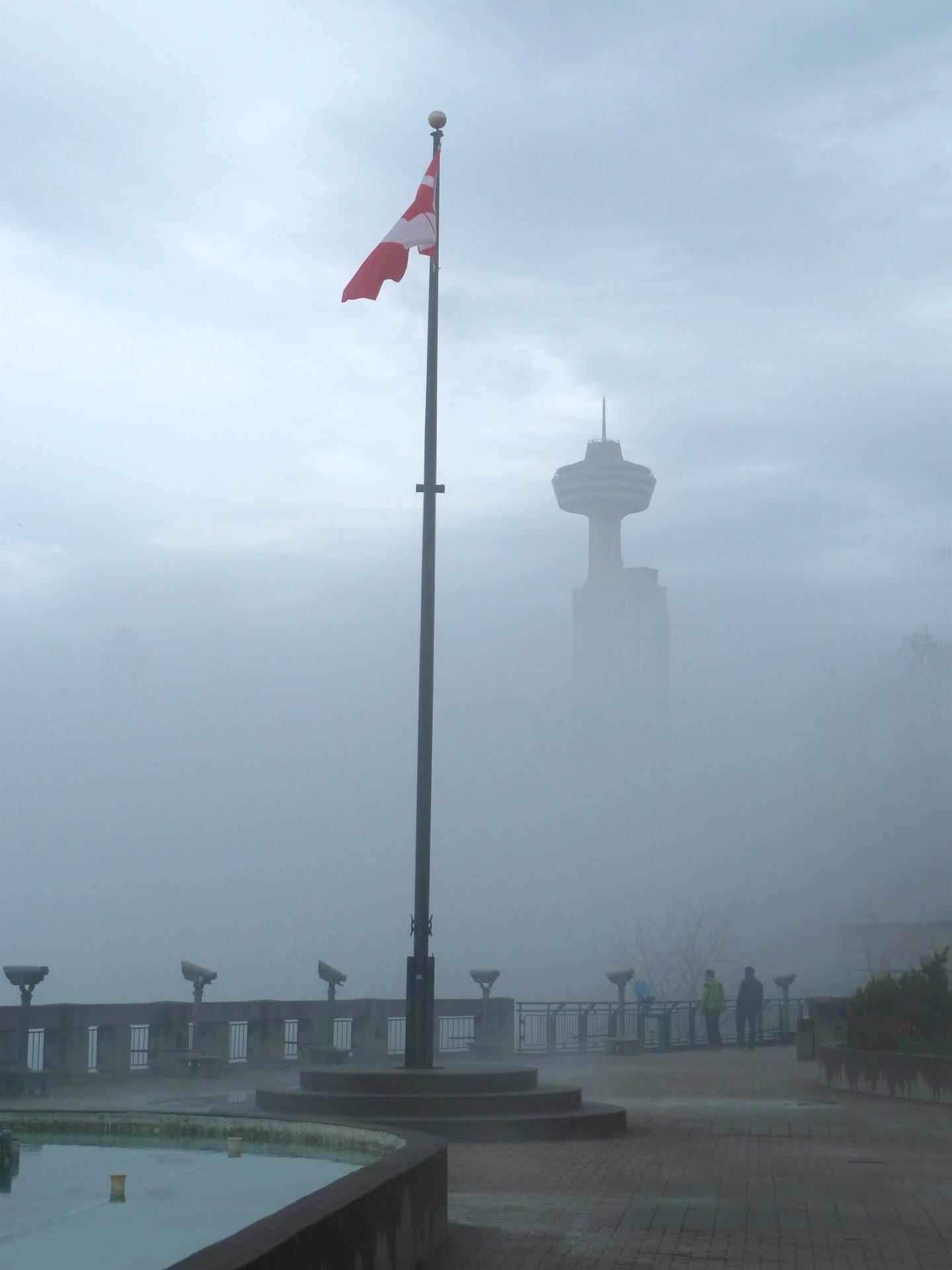 Wieża Skylon Tower we mgle