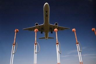 Un avión sobrevuela luces de aproximación. Fotografía de Enaire