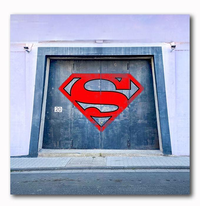 Superman Graffiti auf Tor - Bild auf Holz