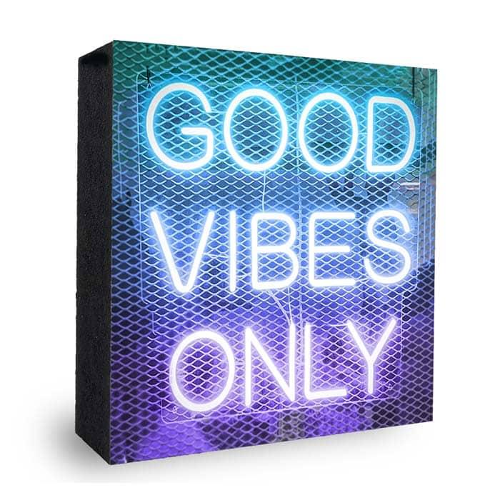 Good Vibes Neon blau-lila-Bild auf Holz