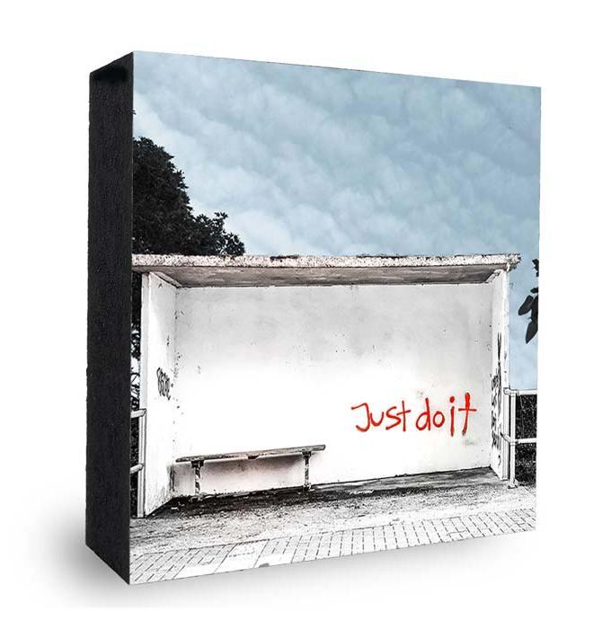 Just do it Graffiti an Bushaltestelle-blauer Himmel