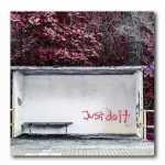 Just do it Graffiti an Bushaltestelle-Herbstlaub