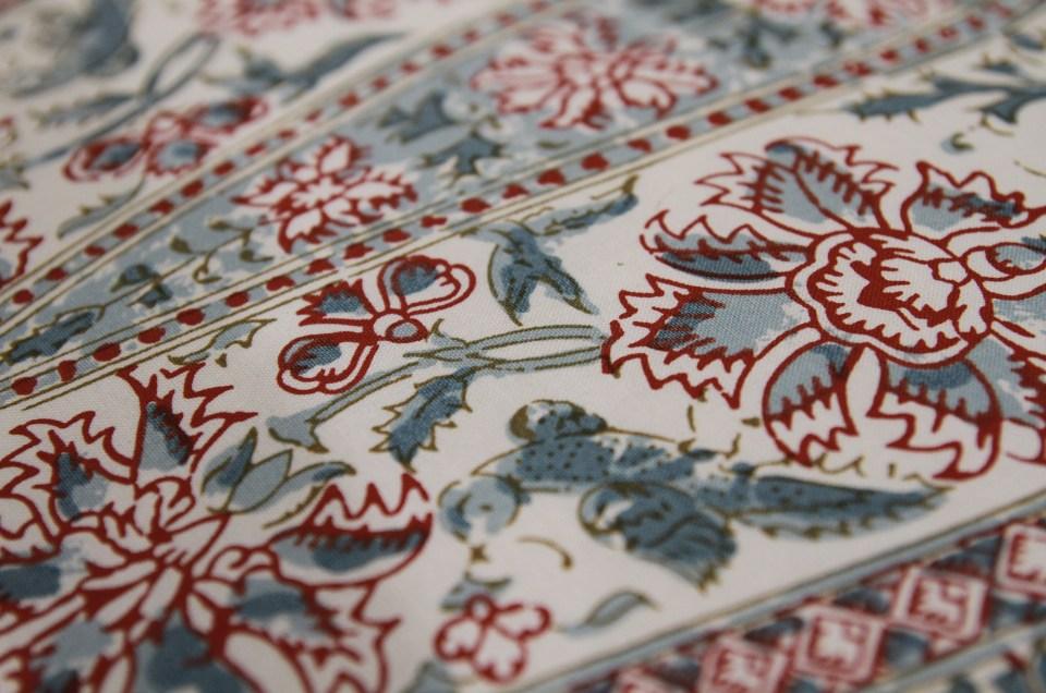 Réfection complète de cette jolie chaise Napoléon III. Tissu Kalamkar de Braquenié: perse du XVIII siècle imprimée au cadre plat à la main sur coton