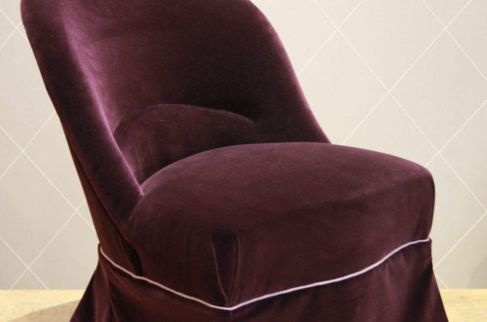 Fauteuil crapaud en velours prune passepoil gentiane pour une chambre douillette