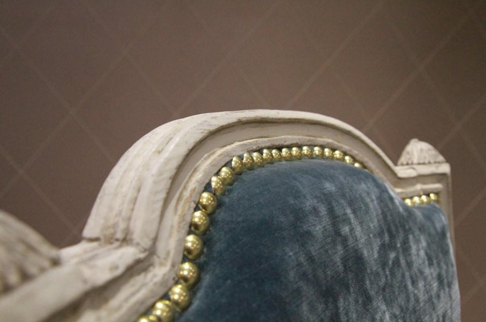 Réfection intégrale des bois, garnitures en crin et velours chatoyant de Jane Churchill