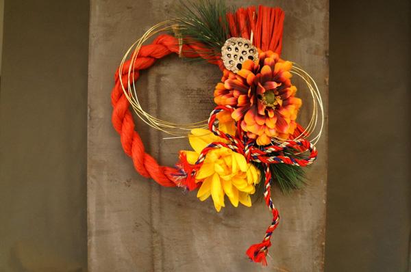大輪オレンジの花の赤いお飾り
