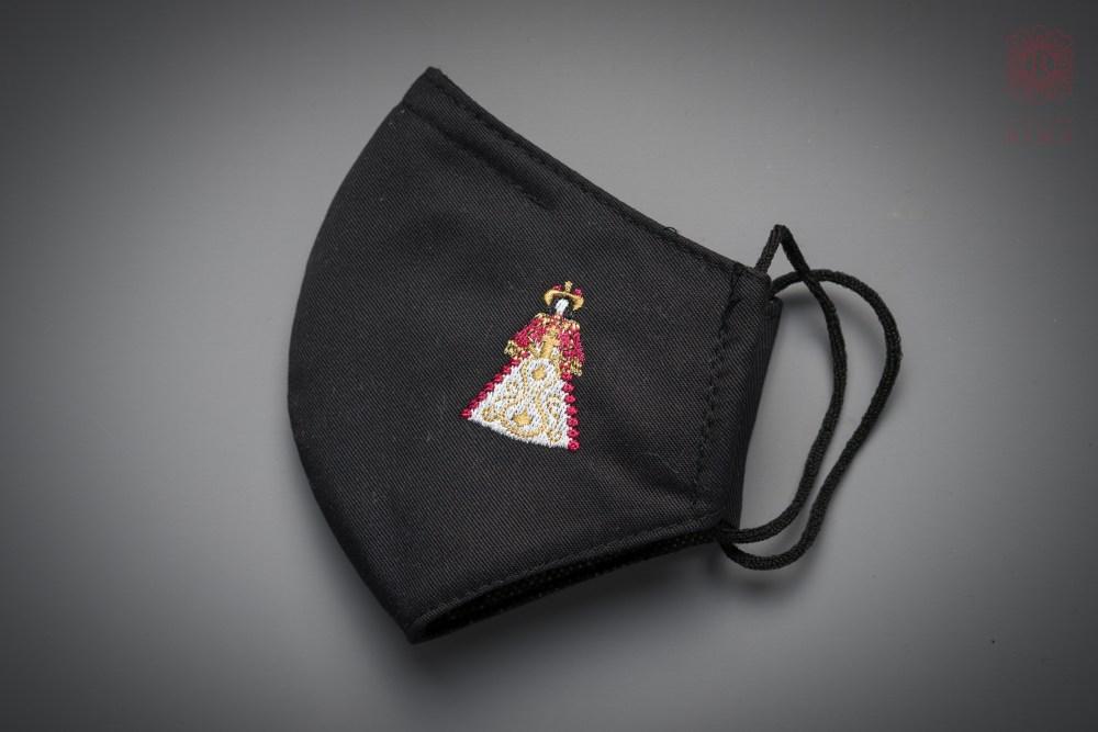 Mascarilla negra con bordado de Virgen del Rocío Pastora