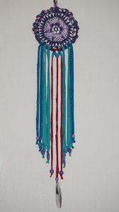 Dream Catcher Violet, rouge et turquoise. Origine: Résidus de l'industrie textile et vide grenier.