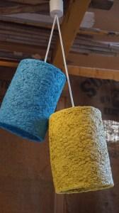 Plafonnier double cylindres Carcasses armée de grillage à poule modelées de pulpe de papier à base de boites à oeufs et finalement peintes de jaune citron et bleu azur. Electrifié avec des câbles en tissu blanc. Origine: Vide grenier et ma consommation d'oeufs