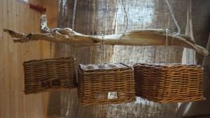 Plafonnier Minéral Végétal 3 panières identiques suspendues à un superbe bois flotté incrusté de pierres. Rosace en métal blanc assortie aux caches douilles, fil électrique torsadé de coton écru. Origine: Nos plages et Vide grenier.