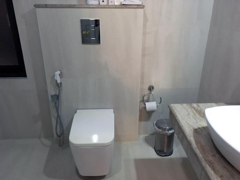ホテルのトイレは洋式、シャワー付き、トイレットペーパー、ゴミ箱付きで快適そのもの。