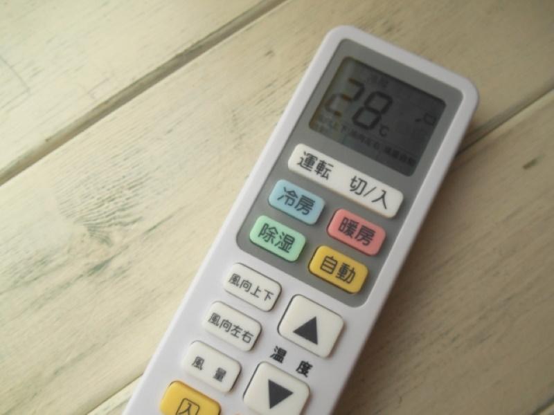 高齢者の方が使うエアコンのリモコンは、ボタンが「冷房」「暖房」がわかりやすく、大きなボタンのものを選びましょう
