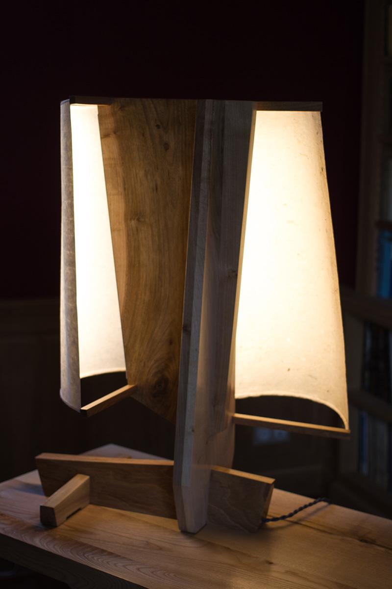 """Objet lumineux """"Je te salue vieil ocean"""" par l'Atelier Villard, noyer et papiers washi."""