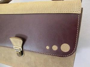 Petit cartable cuir Atelier C détail rabat