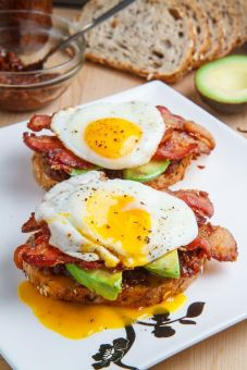 Tartines oeuf avocat bacon
