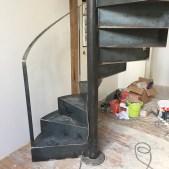 Bas de l'escalier métallique hélicoïdal en acier brut - en chantier