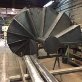 Vue du pied de l'escalier hélicoïdal métallique dans notre atelier