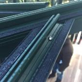 Pose de joints d'étanchéité sur chéneaux en aluminium pour accueillir le verre