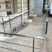 Le garde corps sécurise l'accès à l'immeuble