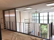 Grands panneaux coulissants ouverts sur mezzanine