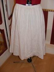 Vieille jupe en broderie anglaise qui va être reconverti pour faire du Belle Epoque
