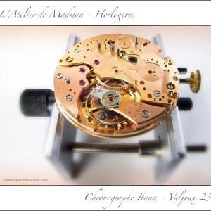 Pose provisoire du balancier pour vérifier que la partie « montre » du calibre fonctionne correctement.