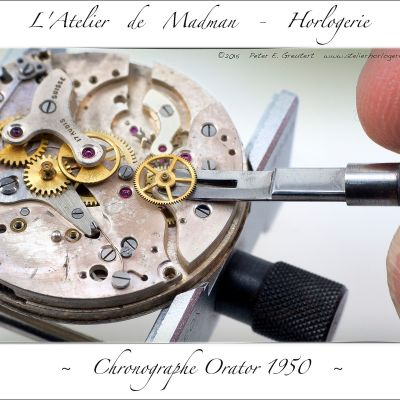 Démontage de la fonction chronographe. Ici c'est la roue d'entrainement des secondes qui est déchassée de son axe.