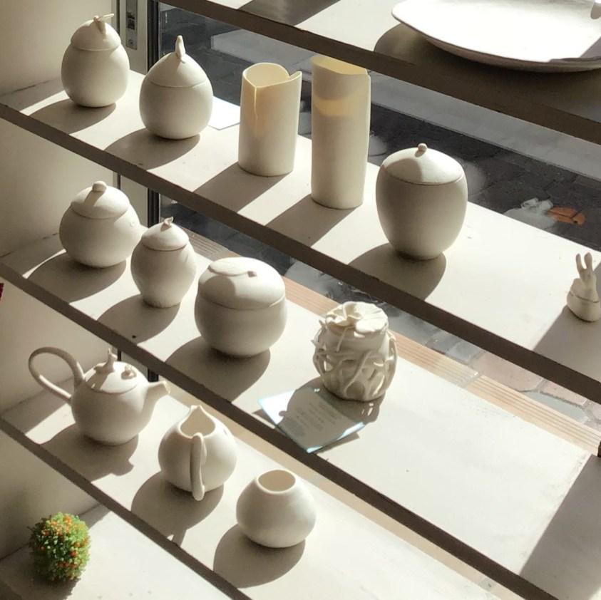 objets en porcelaine sur étagère - atelier Mallaval