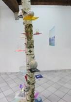 The home treasury // Fanny Maugey // bouleau, verre, pierre, miroir, papier, caoutchouc, métal, loupe, prisme // 330 cm d'hauteur // 2013