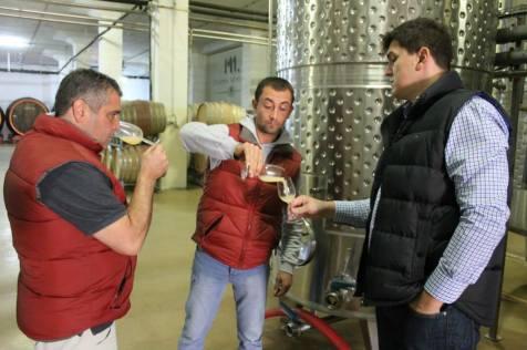 Razvan Macici (enologul consultant al Cramei Atelier), Ionut Radulescu (enologul Cramei Atelier) si Cosmin Popescu (director general Murfatlar Romania SA).