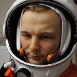 Juri Gagarin mit Helm