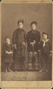 Φωτογράφος: Μαργαρίτης, Φίλιππος & Κωνσταντίνου, Δημήτριος & Λαμπάκης Ι. Περιγραφή: Ομαδικό πορτραίτο. Δύο γυναίκες και δύο παιδιά.