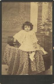Φωτογράφος: Μαργαρίτης, Φίλιππος & Κωνσταντίνου, Δημήτριος & Λαμπάκης Ι. Περιγραφή: Πορτραίτο κοριτσιού.