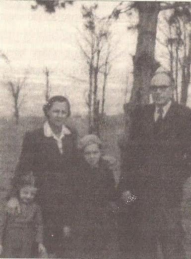 Ο Π. Κόκκαλης με την οικογένειά του στο Βελιγράδι (1947)