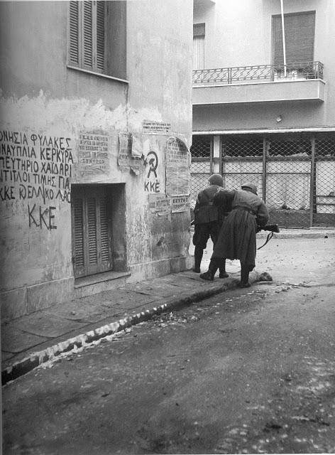 Στον τοίχο γράφει: «Ξερονήσια, φυλακές, Ακροναυπλία, Κέρκυρα, Σκοπευτήριο (Καισαριανή), Χαϊδάρι: Τίτλοι τιμής για το ΚΚΕ και τον Ελληνικό Λαό». Υπογραφή: ΚΚΕ