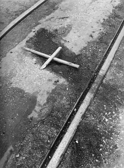 """""""...Ένας ξύλινος σταυρός στ' αγριολούλουδα στημένος είν' ο γιος του καθενός που δε στέργει σκλαβωμένος.""""... Κ. Βίρβος"""