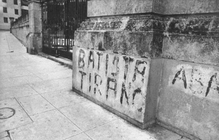 Σύνθημα ενάντια στον δικτάτορα Μπατίστα, στην είσοδο του Πανεπιστημίου της Αβάνας. Φωτογραφία: Joseph Scherschel, Getty Images